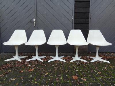 Eero Saarinen dining chairs, 5 x